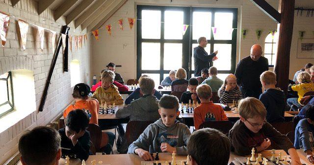 Arjan de Vries wint Grand Prix jeugdschaaktoernooi Leek