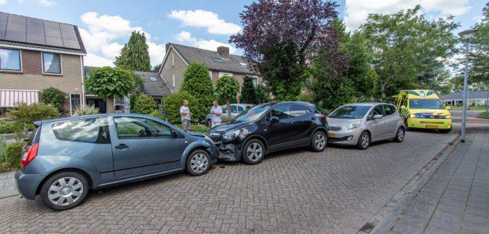Drie auto's botsen op elkaar bij de Grietenij in Leek