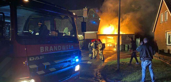 Uitslaande brand verwoest schuur naast woning in Niekerk